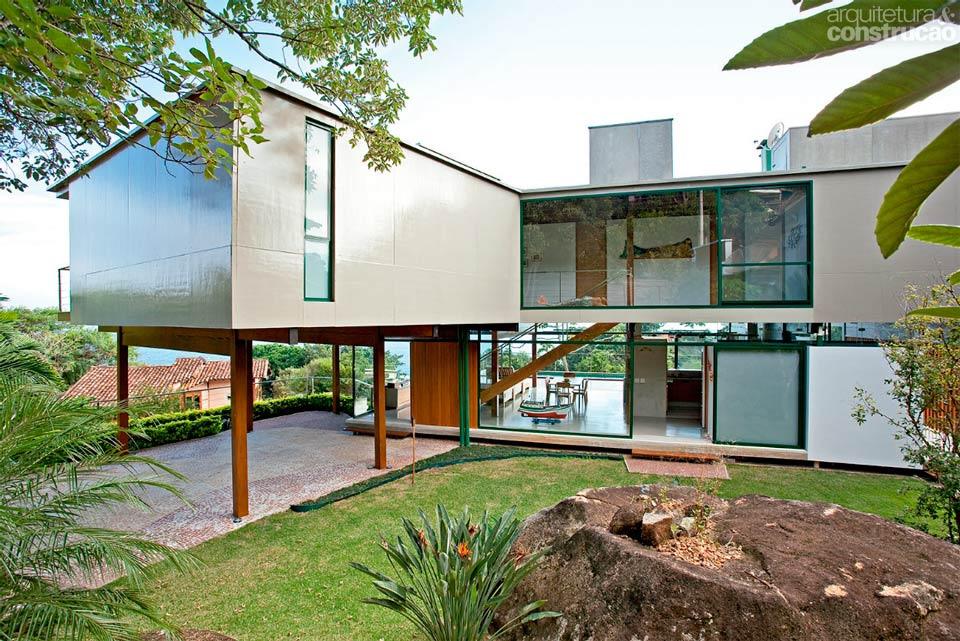 Casa em terreno inclinado com estrutura de madeira 7