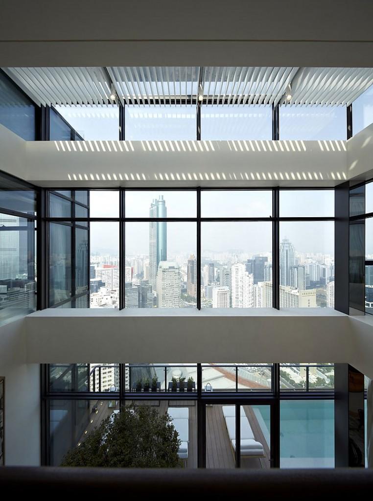 fachada-de-vidro-em-pe-direito-alto-de-cobertura-duplex-na-china-por-kokaistudios-762x1024