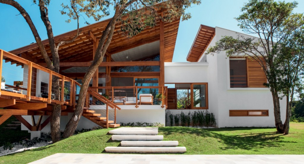 Casa que incorpora arvore e aproveita sombra