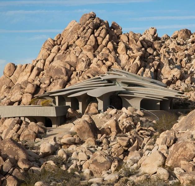 Construção moderna feita entre rochas no deserto (13)