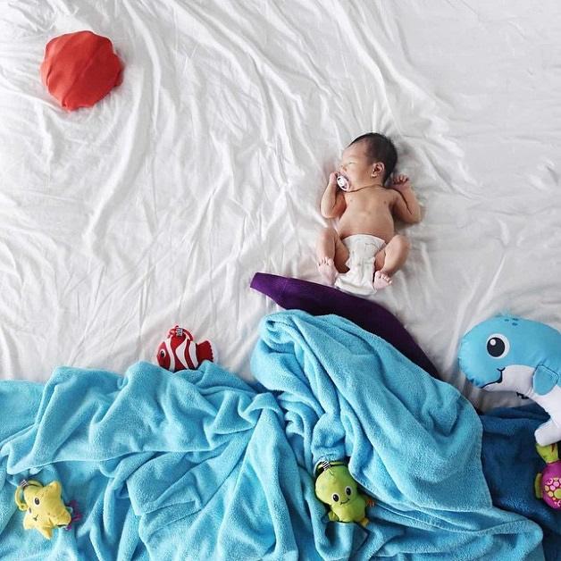 Mãe fotografa muitas aventuras de seu bebê